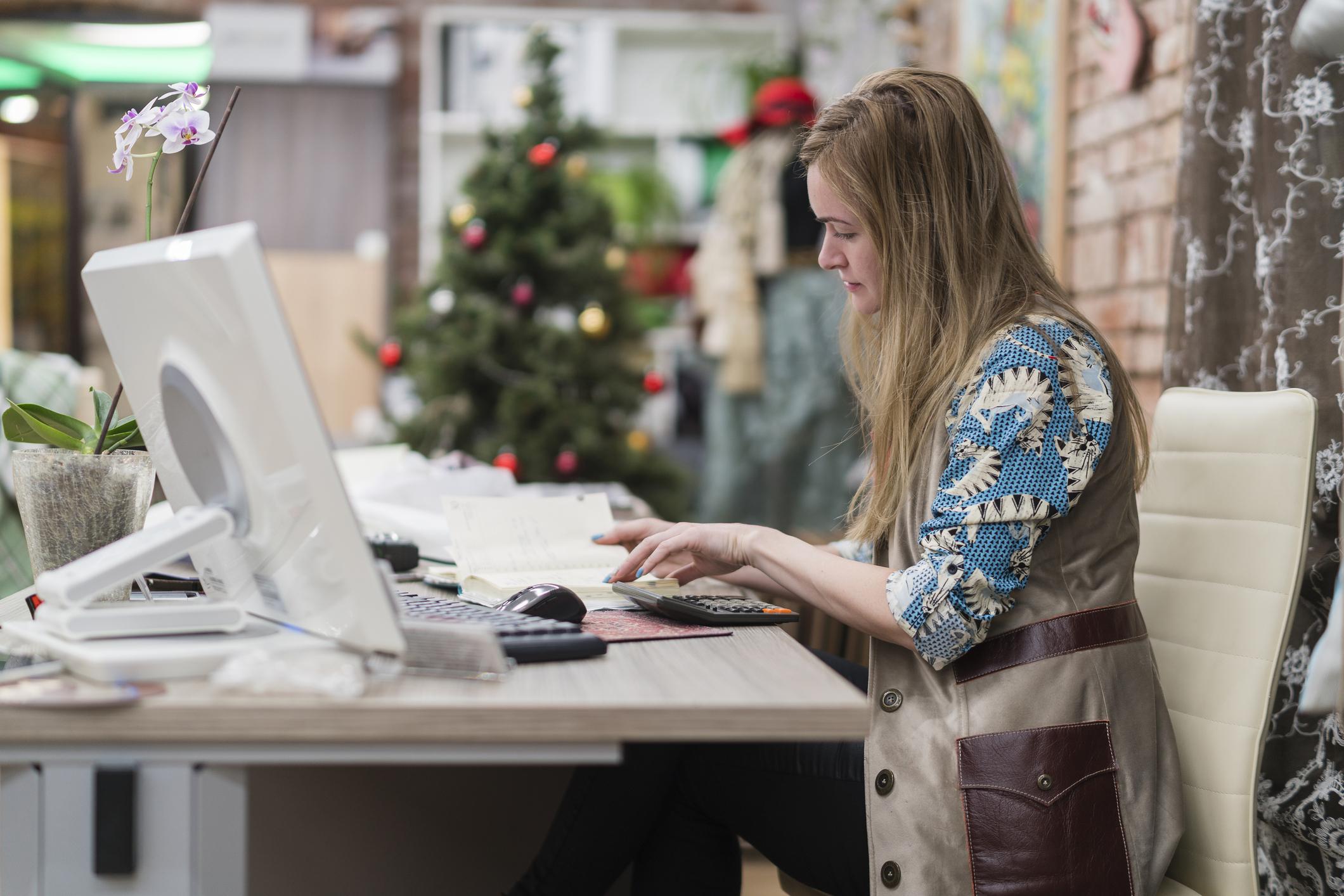 Frau arbeitet an Heiligabend und Silvester im Büro