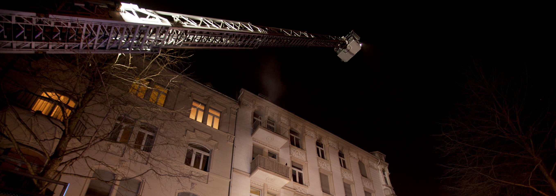 Feuerwehr steht vor einem Haus