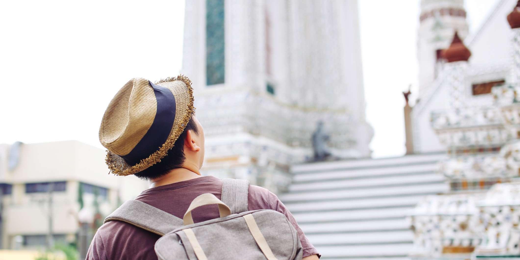 Mann schaut auf zu einem Tempel