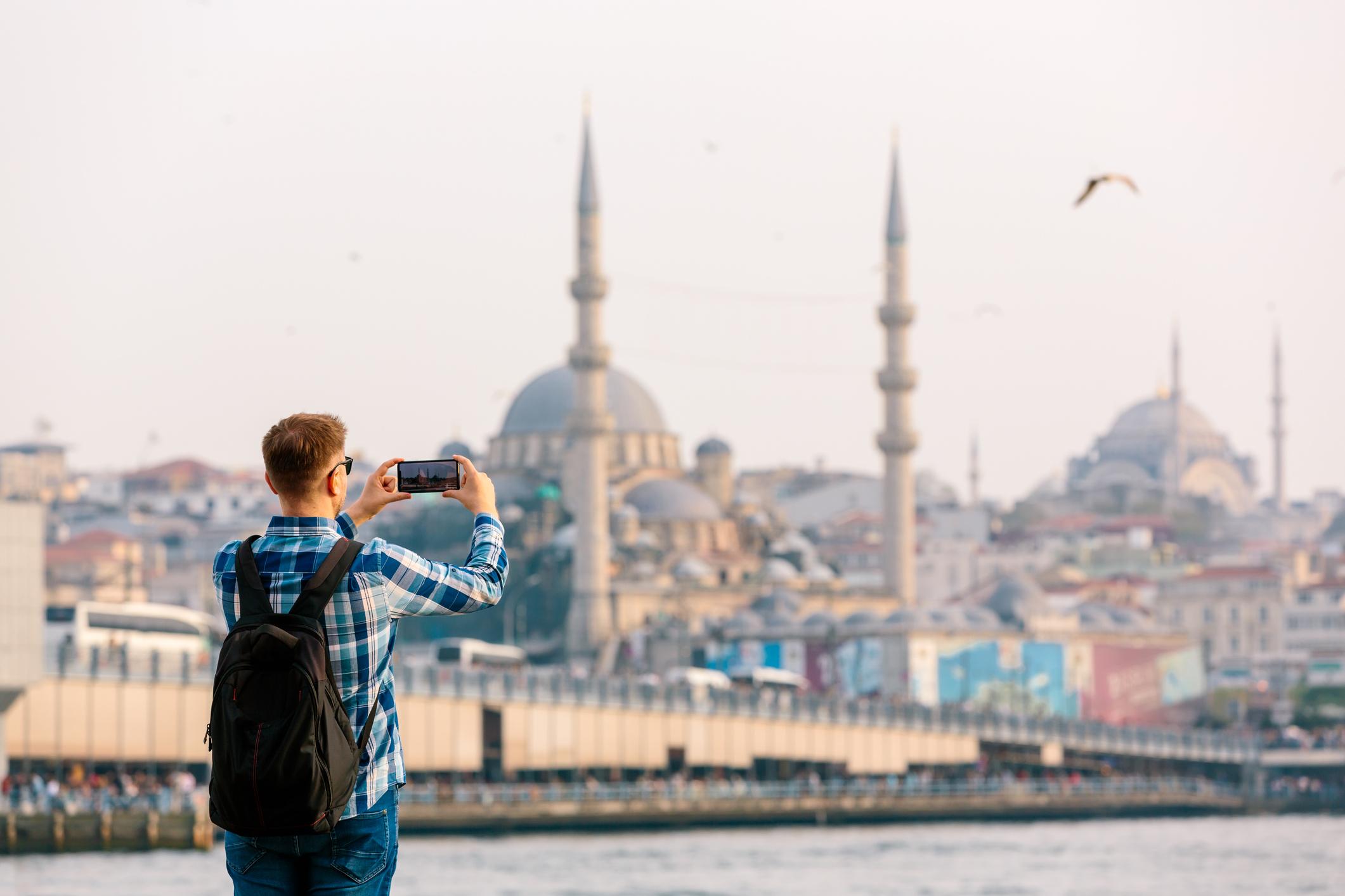 Junger Mann fotografiert Instanbul