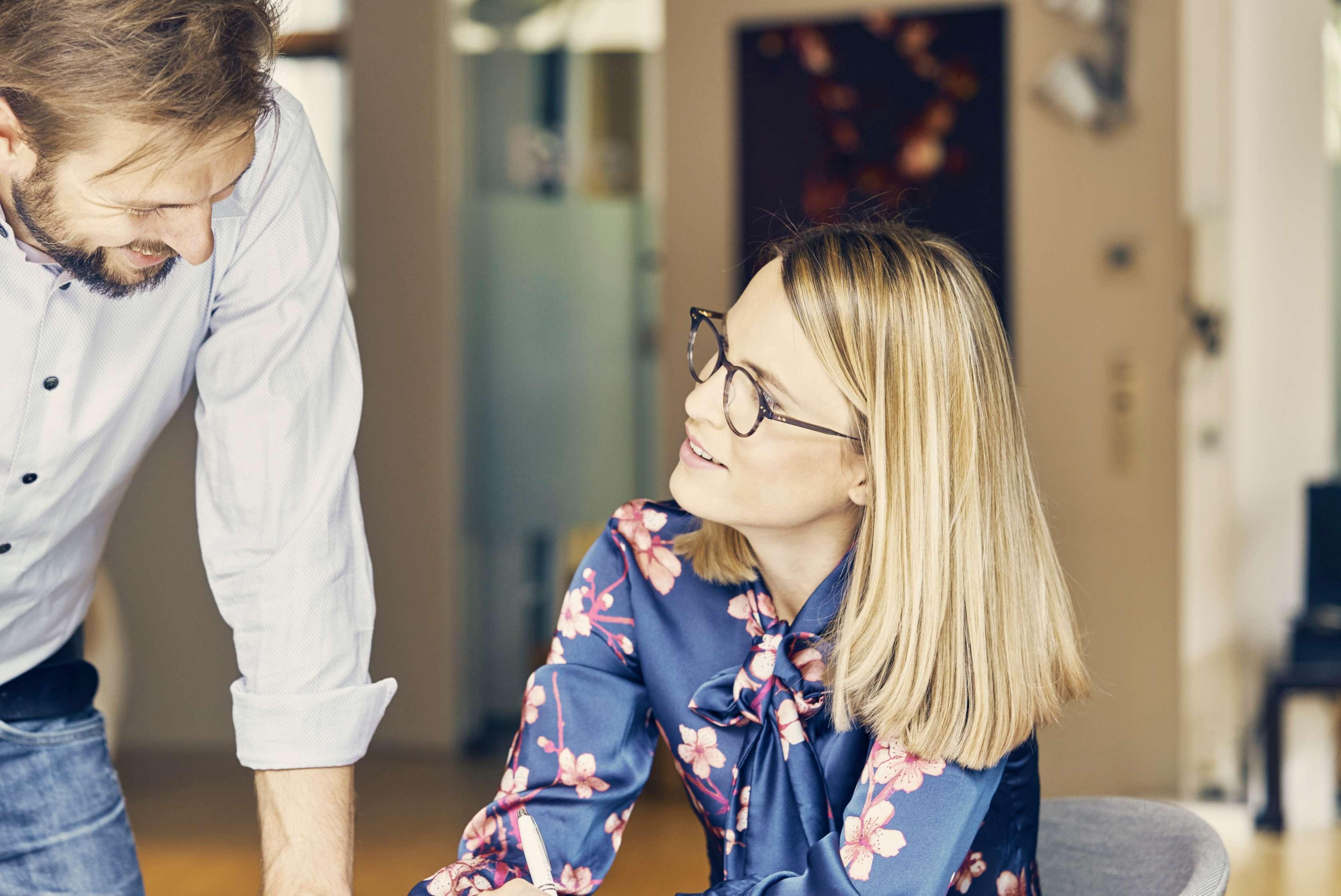 Allianz - Vorsorge Altersvorsorge: Frau Dokumente Schreibtisch