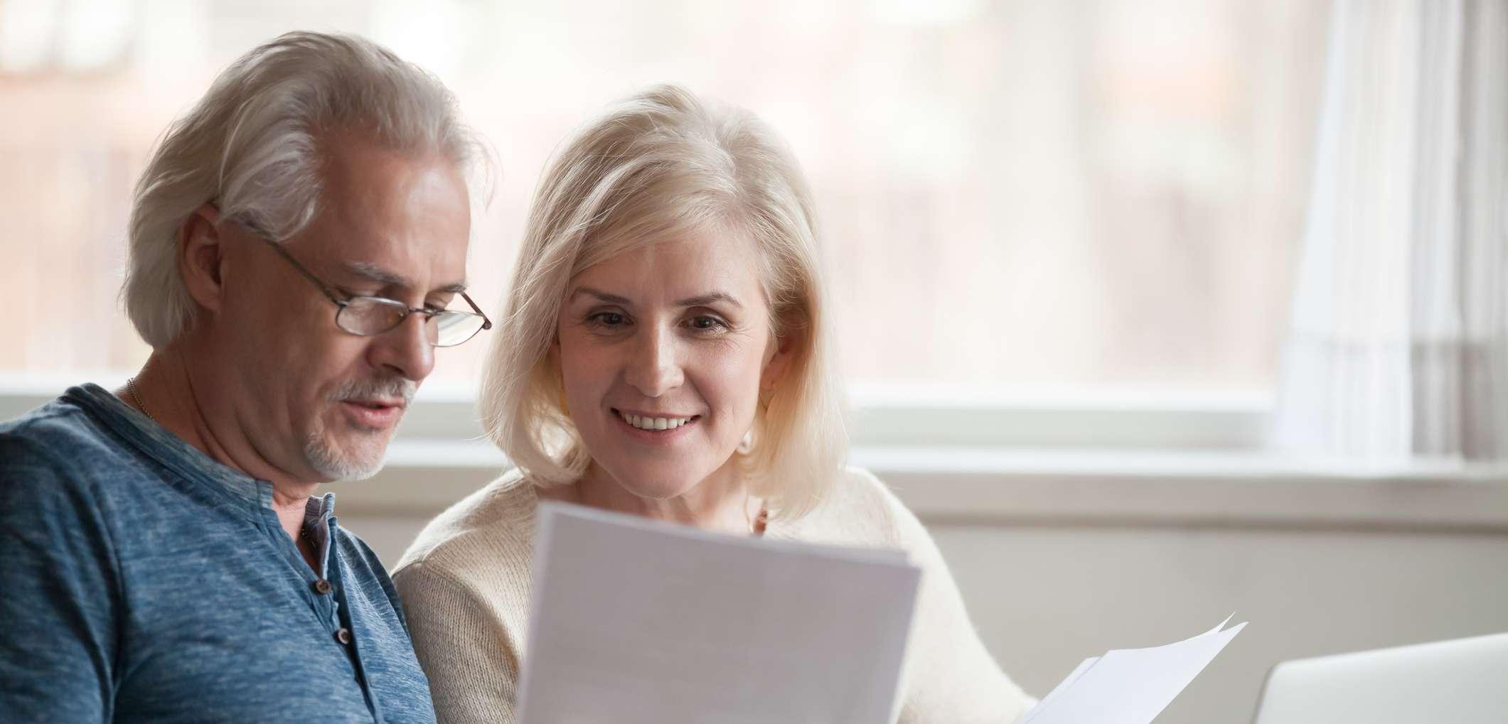 Älteres Paar prüft verschiedene Unterlagen
